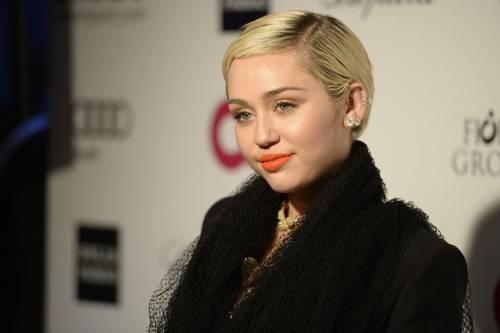 Miley Cyrus lancia l'ascella non depilata su Instagram 18