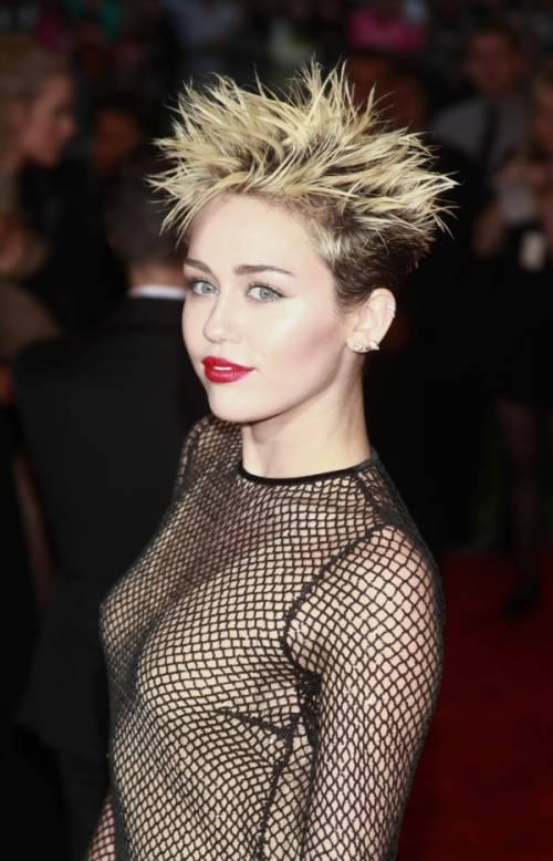 Miley Cyrus lancia l'ascella non depilata su Instagram 17