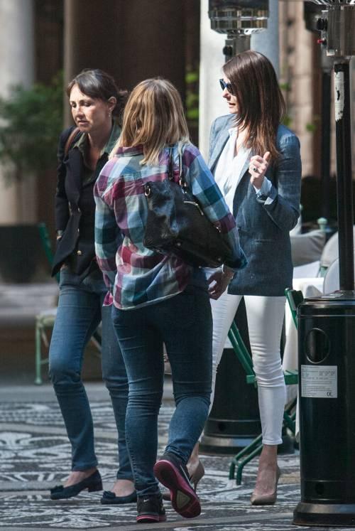 Ilaria D'Amico fa shopping con un'amica 6
