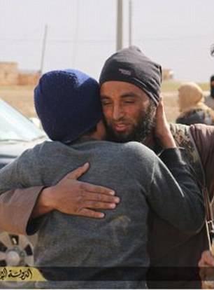 Isis lapida due gay: i boia li abbracciano prima di ucciderli