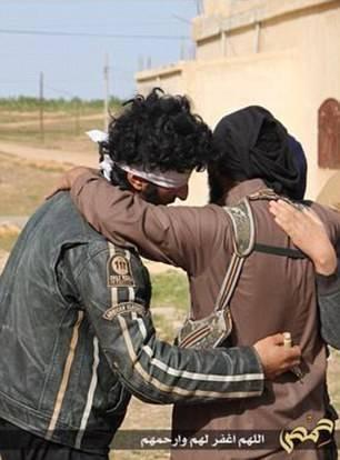 I boia di Isis abbracciano i prigionieri, poi li lapidano 2