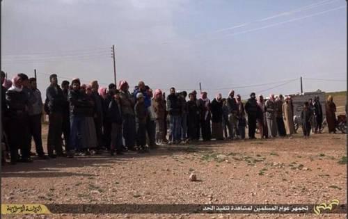 I boia di Isis abbracciano i prigionieri, poi li lapidano 4