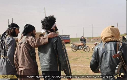 I boia di Isis abbracciano i prigionieri, poi li lapidano 3