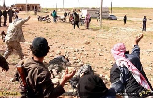 I boia di Isis abbracciano i prigionieri, poi li lapidano 5