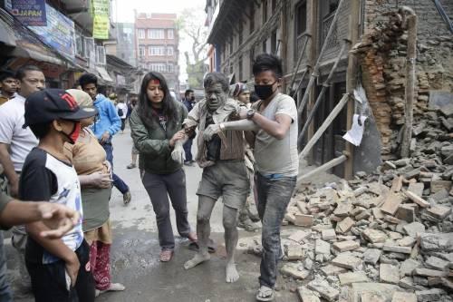 Un uomo estratto dalle macerie dopo il terremoto in Nepal