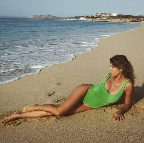 Elisabetta Canalis fa sexy yoga sulla tavola da surf 4