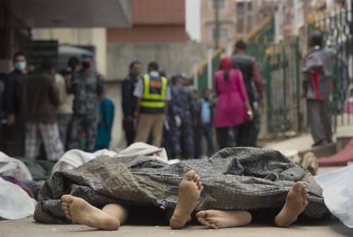 I corpi di alcune delle persone morte nel terremoto in Nepal