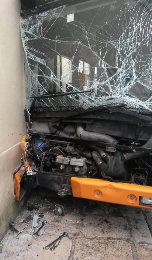 Ancona, autobus si schianta: 18 feriti 3