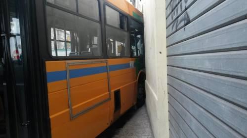 Ancona, autobus si schianta: 18 feriti 2