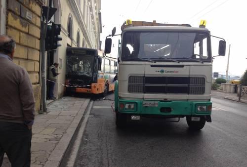 Ancona, autobus si schianta: 18 feriti 4