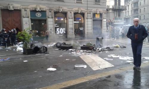 La distruzione dopo la prima carica dei Black Bloc 8