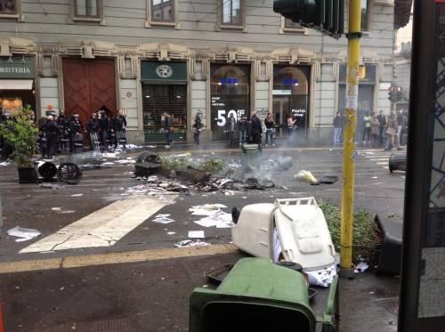 La distruzione dopo la prima carica dei Black Bloc 16
