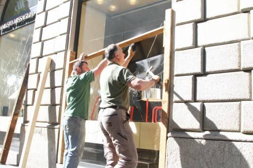 Al lavoro per ripulire Milano dopo gli scontri 4