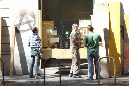 Al lavoro per ripulire Milano dopo gli scontri 7