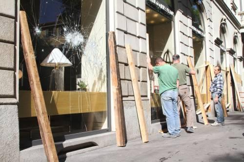 Al lavoro per ripulire Milano dopo gli scontri 6