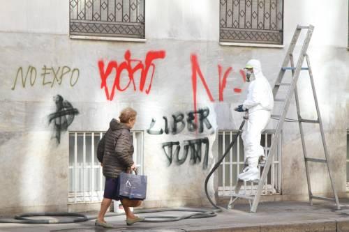 Al lavoro per ripulire Milano dopo gli scontri 8