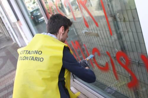 Al lavoro per ripulire Milano dopo gli scontri 9
