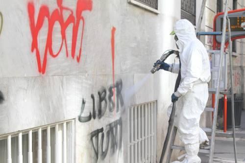 Al lavoro per ripulire Milano dopo gli scontri 1