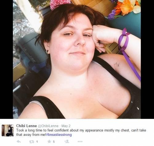 """""""Selfie con seni in vista, una sconfitta per le donne"""": proteste sul web 11"""