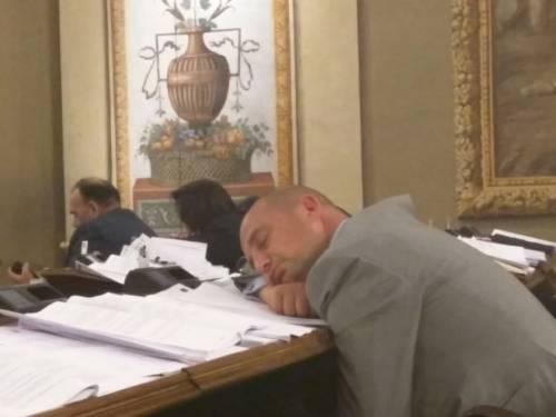 Si vota la finanziaria deputati siciliani dormono sui banchi for Deputati siciliani