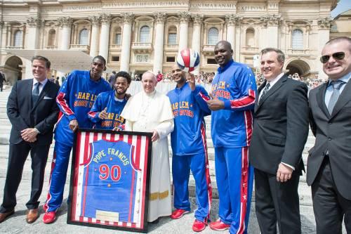 Il Papa gioca col pallone da basket 3