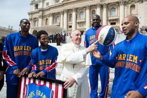 Il Papa gioca col pallone da basket 2