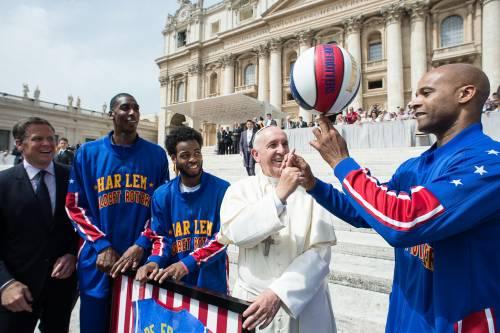 Il Papa gioca col pallone da basket 4