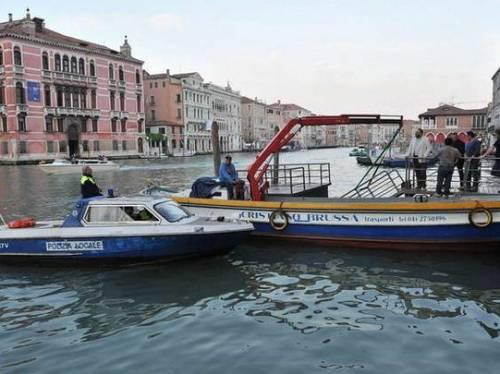 Venezia, cede il ponte: 12 vip in acqua 2