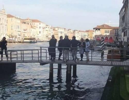 Venezia, cede il ponte: 12 vip in acqua 5
