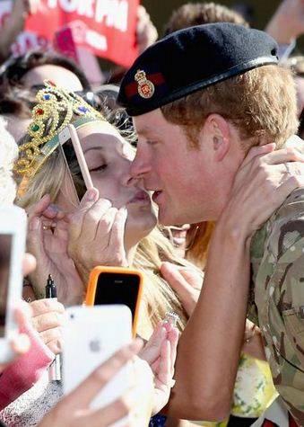 """Australia, la proposta di una fan al principe Harry: """"Vuoi sposarmi?"""""""