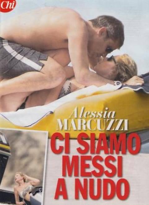 Alessia Marcuzzi, sexy massaggio al marito in barca 3
