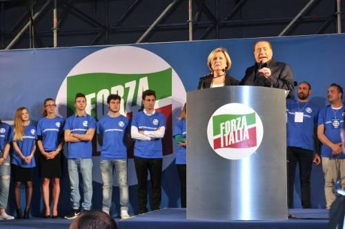 Il leader di Forza Italia, Silvio Berlusconi, durante il comizio a sostegno della candidata di Fi alla Regione Adriana Poli Bortone