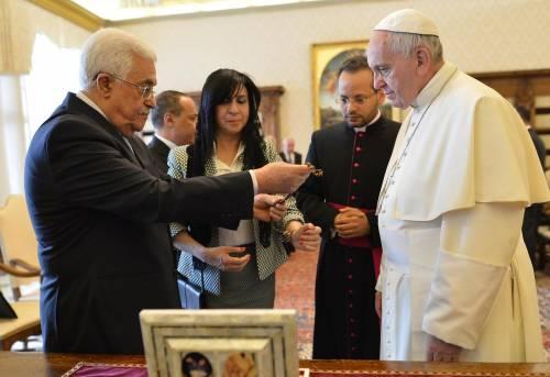 """L'abbraccio tra il Papa e Abu Mazen """"Sia un angelo della pace"""""""