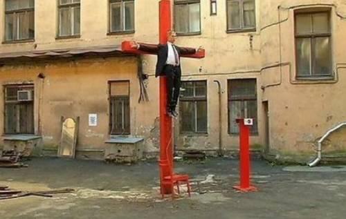 Riga, il fantoccio di Putin crocifisso in strada 4