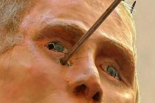 Riga, il fantoccio di Putin crocifisso in strada