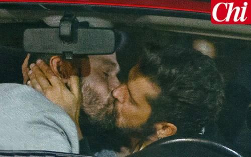 Il bacio gay di Andrea Montovoli al collega attore, ma è solo per finzione