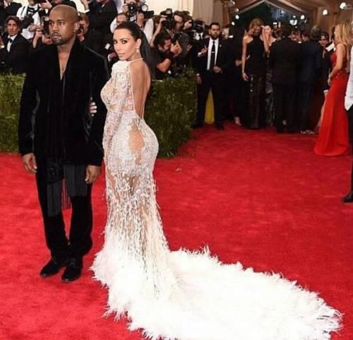 """Kim Kardashian e la sorella Khloe litigano per chi è più famosa: """"tu hai un complesso d'inferiorità"""" 5"""