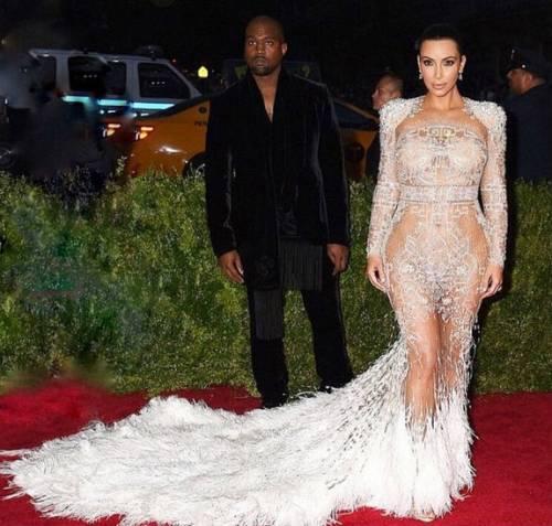 """Kim Kardashian e la sorella Khloe litigano per chi è più famosa: """"tu hai un complesso d'inferiorità"""" 15"""