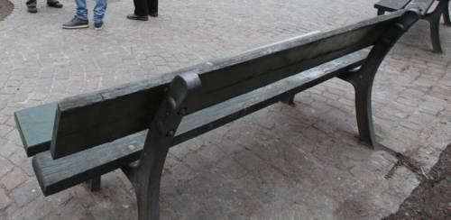 Sesso al parco su una panchina: denunciati un 37enne e una minorenne