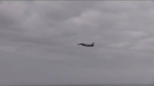 Un Aereo Da Caccia Russo : Caccia russo passa a meno metri da un aereo spia usa