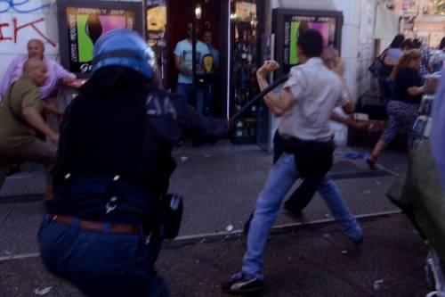 La polizia carica gli antagonisti 3