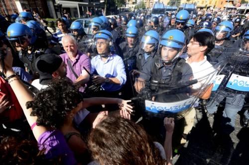 La polizia carica gli antagonisti 5