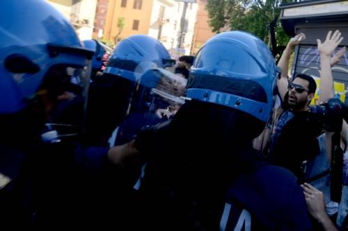 La polizia carica gli antagonisti 6