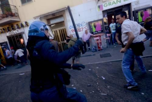 La polizia carica gli antagonisti 8
