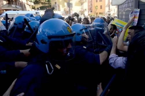 La polizia carica gli antagonisti 11