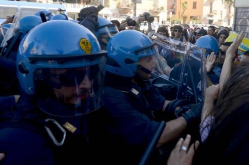 La polizia carica gli antagonisti 12