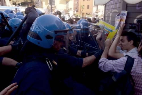 La polizia carica gli antagonisti 13