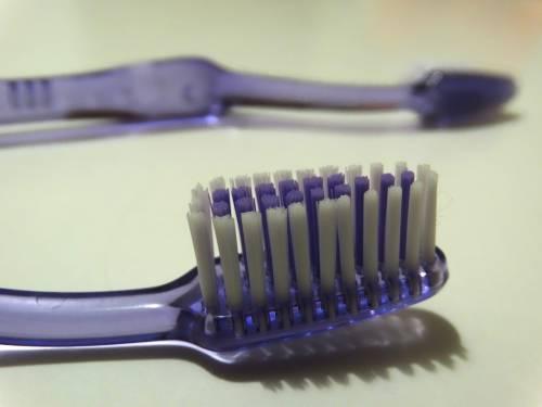 Feci sullo spazzolino da denti: una ricerca spiega il perché