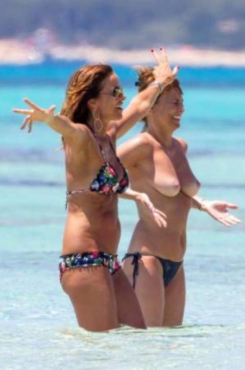 cristina parodi sexy bikini e il topless dell amica