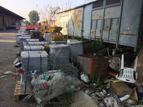 Nella rimessa ferroviaria dove i vagoni sono zeppi di rom e clandestini 7